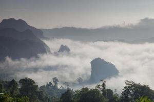 bergstoppar och dimma
