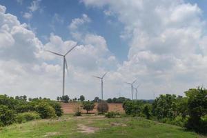 vindkraftverk under dagen