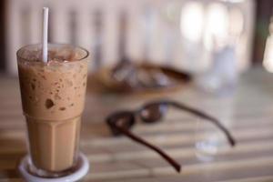 iskaffe i ett glas på ett bord foto