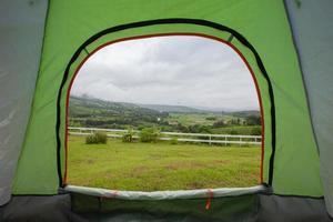 utsikt över ett fält från ett tält foto