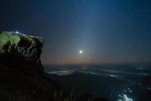 klippa och stjärnhimmel foto