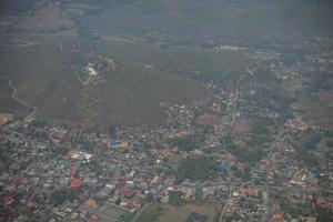 Flygfoto över en by på en kulle