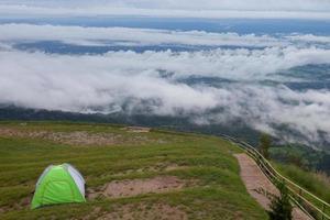 tält nära dimmiga berg foto