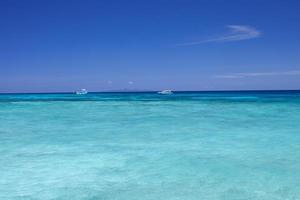 blått vatten och himmel foto