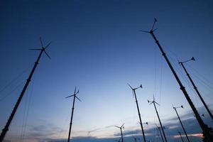 vindkraftverk på natten