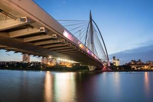 bro med färgglada lampor foto