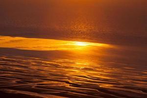 moln och solnedgång ovanför havet foto