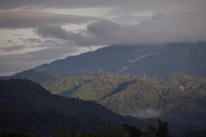 gröna berg på en molnig dag