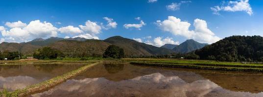 berg och himmel reflekteras i vatten foto