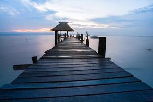 trä gångväg vid solnedgången