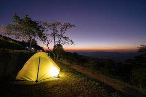 glödande tält vid solnedgången foto