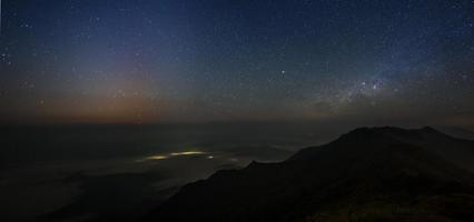 stjärnhimmel över bergen foto