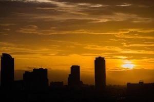 stadsbildsvy vid solnedgången