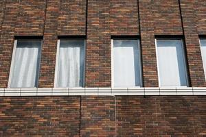 tegelbyggnad med fönster foto