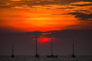 röd solnedgång på vatten foto