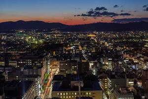 Flygfoto över staden vid solnedgången
