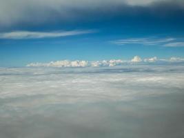 Flygfoto över moln från ett flygplan foto
