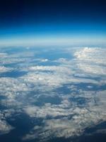 Flygfoto över moln och land foto
