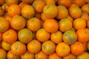 närbild av naturliga apelsiner foto