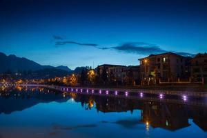 ljus längs vattnet på natten