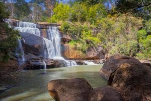 vattenfall i skogen foto