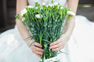 brid håller blommor foto