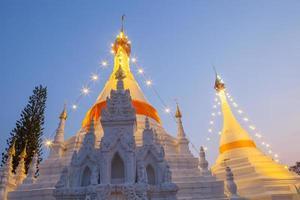 shanxi-provinsen, Kina, 2020 - den stora vita pagoden med ljus foto