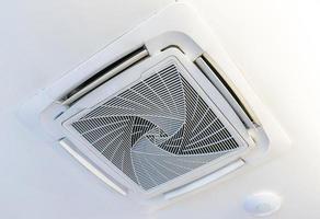 kassett typ luftkonditionering med belysning och brandskyddssystem foto