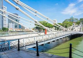 cavenagh bridge över singapore river i singapore foto
