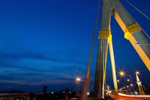 bro på kvällen foto