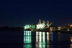 levererar hamn i Thailand på natten foto