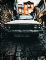 vit renault 12 toros på cobbletone street foto