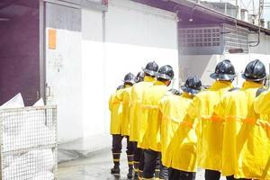brandmän som använder släckare och vatten