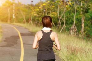 asiatisk löpare som joggar utanför foto
