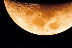 kratrar på månen foto