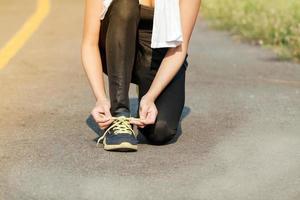 löpare kvinna snörning tränare skor foto