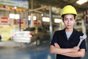 asiatisk kvinnaingenjör som håller en skiftnyckel i handen foto