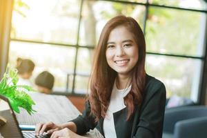 asiatiska affärskvinnor ler