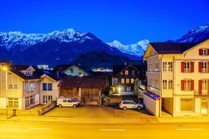alpberg och by i Interlaken, Schweiz foto