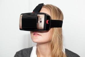 kvinna som bär vr-headset på vit bakgrund foto