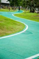 joggingbana i parken foto