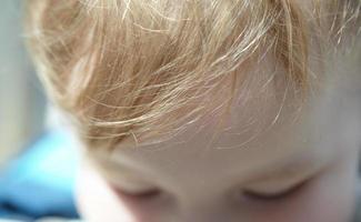 närbild av en pojke foto