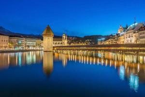 centrum av luzern med kapellbro och sjön luzern, schweiz