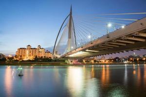 bro vid skymningen foto
