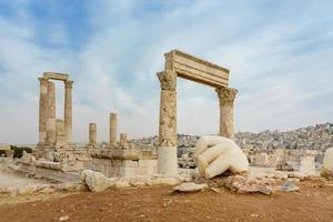 tempel av Hercules, romerska korintiska kolonner vid citadellkullen i Amman, Jordanien foto