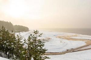 lugn vinterplats vid Östersjön i Saulkrasti, Lettland