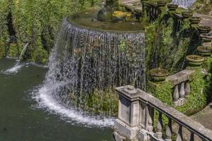 oval fontän vid Villa d'este i Tivoli, Italien foto