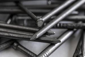närbild av en hög med metallspikar foto