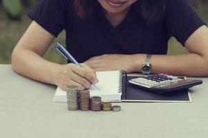 kvinna skriver i en anteckningsbok foto