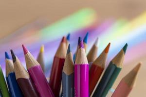färgglada pennor och starkt ljus på den suddiga bakgrunden foto